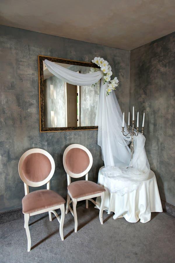 оформление свадьбы винтажное с вуалями, свечами и орхидеями стоковые изображения