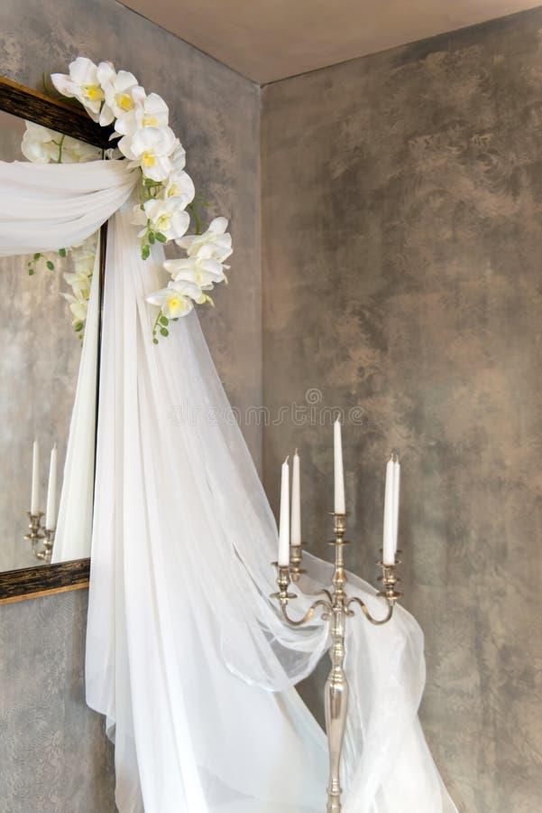 оформление свадьбы винтажное с вуалями, свечами и орхидеями стоковая фотография