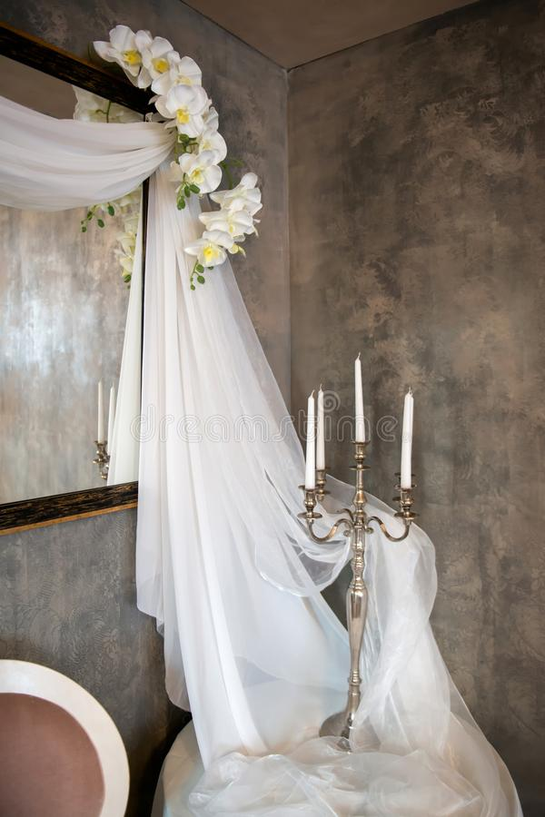 оформление свадьбы винтажное с вуалями, свечами и орхидеями стоковое фото