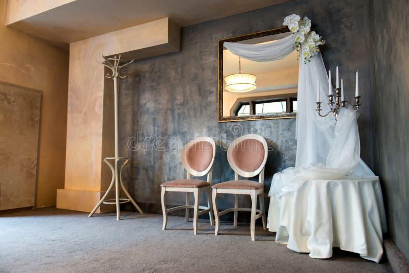 оформление свадьбы винтажное с вуалями, свечами и орхидеями стоковое изображение rf