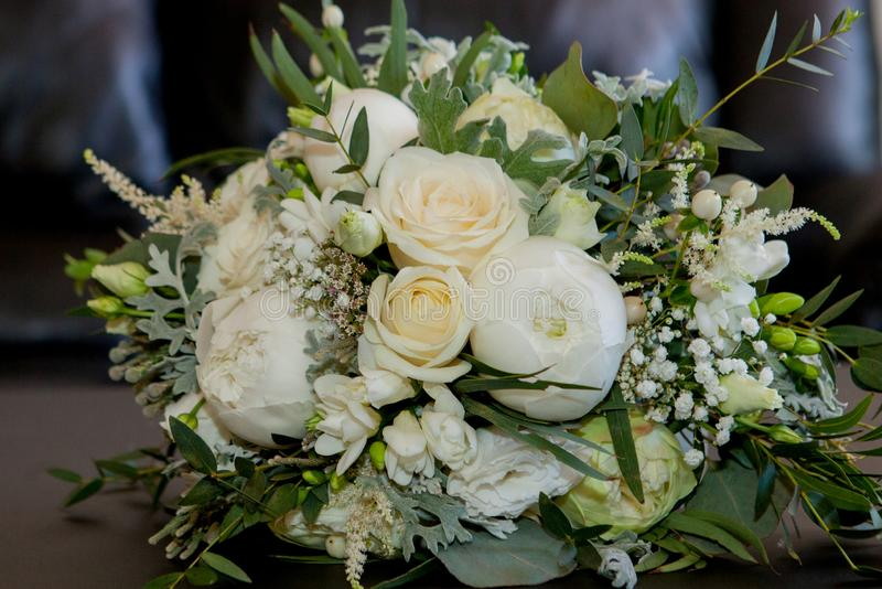 Оформление свадьбы красивый состав цветка свежих цветков концепция праздничного обедающего, на открытом воздухе r стоковые фотографии rf
