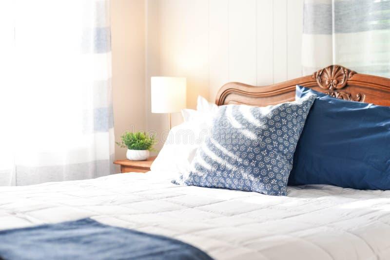 Оформление спальни с винтажным изголовьем дуба стоковые фото
