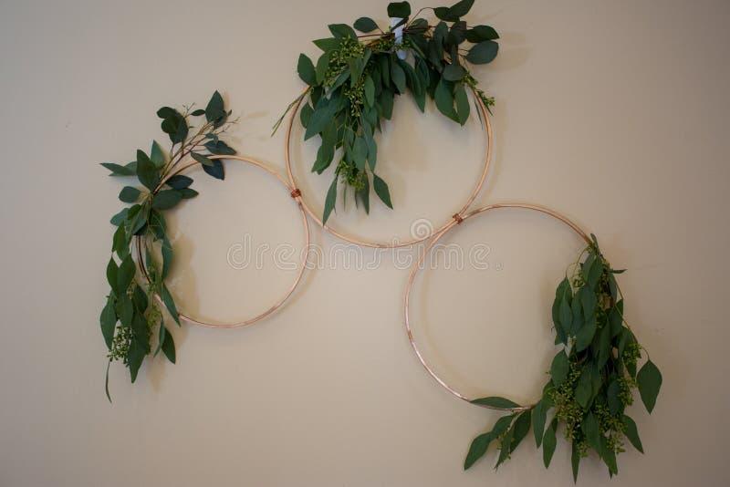 Оформление стены свадьбы с кольцами золота стоковые фотографии rf