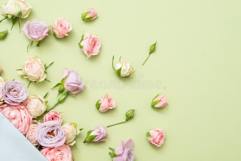 Оформление цветка годовщины сортировало свежие розы стоковое изображение rf
