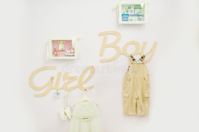 Оформление детей с словами девушкой и мальчиком стоковая фотография