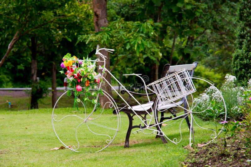 Оформление сада велосипеда стоковое фото rf
