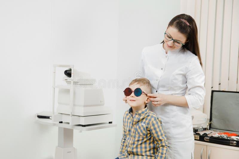 Офтальмолог доктора проверяет световую слепоту зрения ребенка стоковая фотография rf