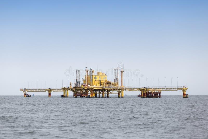 Оффшорная платформа продукции в середине океана стоковые изображения rf