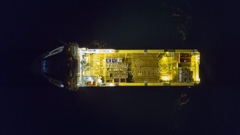Оффшорное вспомогательное судно на ноче стоковое изображение