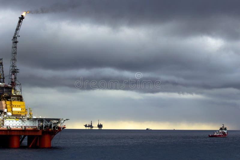 Оффшорные платформы, резервный сосуд, море & облака стоковые фотографии rf