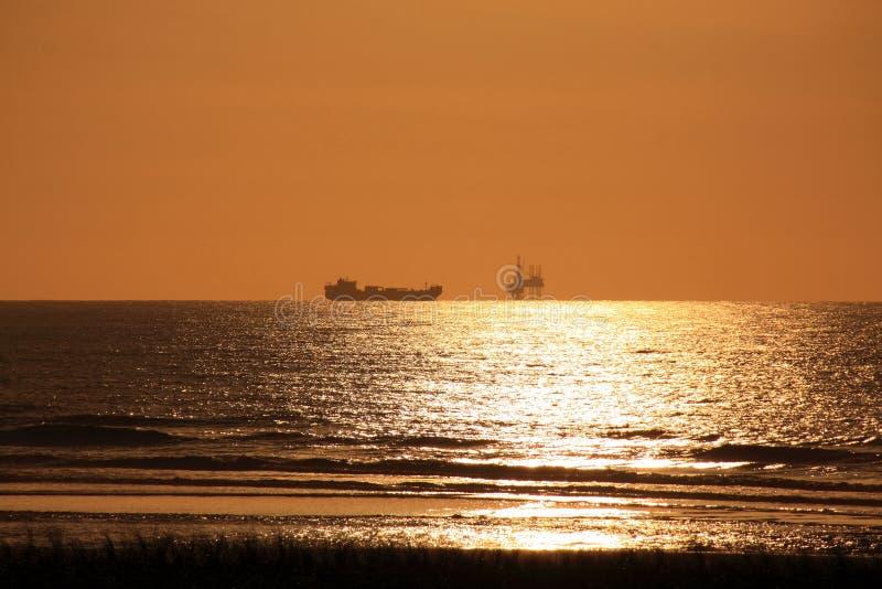 Оффшорный корабль буровой вышки и океана стоковое изображение rf