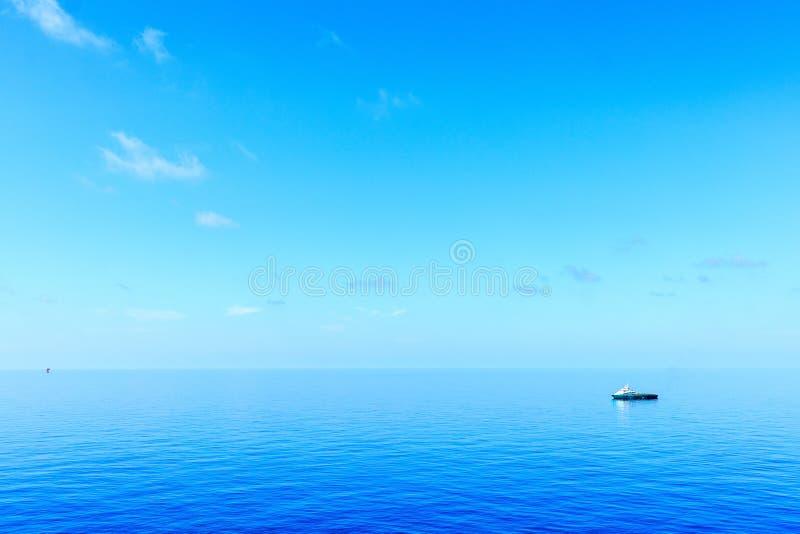 Оффшорный подход к шлюпки экипажа нефти и газ к платформе для tran стоковая фотография rf