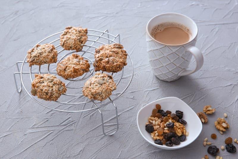Охладительная решетка с печеньями и чашкой кофе овсяной каши на текстурированной предпосылке стоковое изображение rf