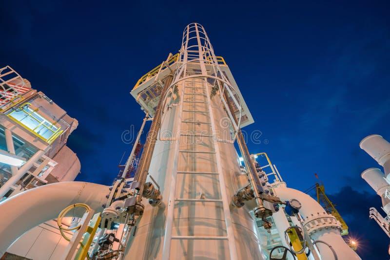 Охлаждающее судно среднего расширения корпуса в башне водоохладителя в блоке замкнутого цикла на центральной платформе по перераб стоковое фото