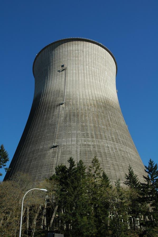 охлаждая башня силы ядерной установки стоковое изображение rf