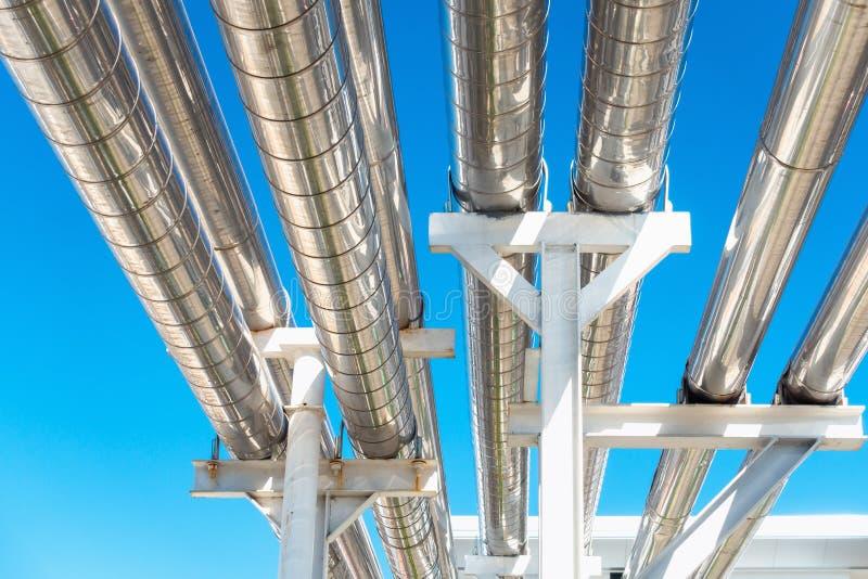Охлаждая трубопровод охладителя или пара и изоляция производства в нефти и газ промышленной, петрохимической трубе распределения  стоковые изображения rf