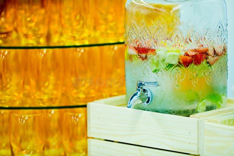 Охлаженный напиток плода в большом стеклянном распределителе напитка стоковое фото