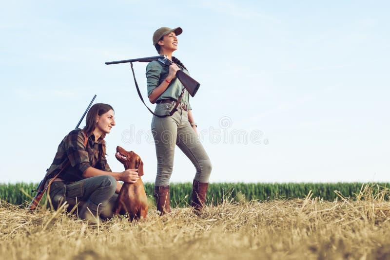 Охотники женщин с охотничьей собакой стоковая фотография rf