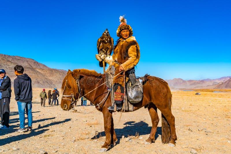 Охотник беркута в традиционных одеждах меха Fox стоковое изображение