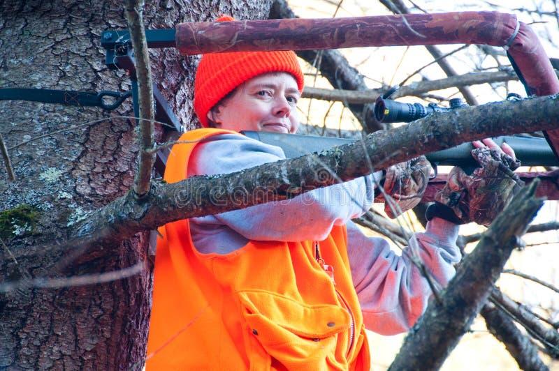 Охотник женщины в treestand стоковые фотографии rf