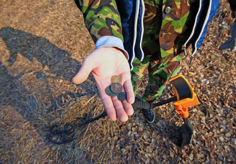 Охотник за сокровищами Искать с металлоискателем стоковая фотография rf