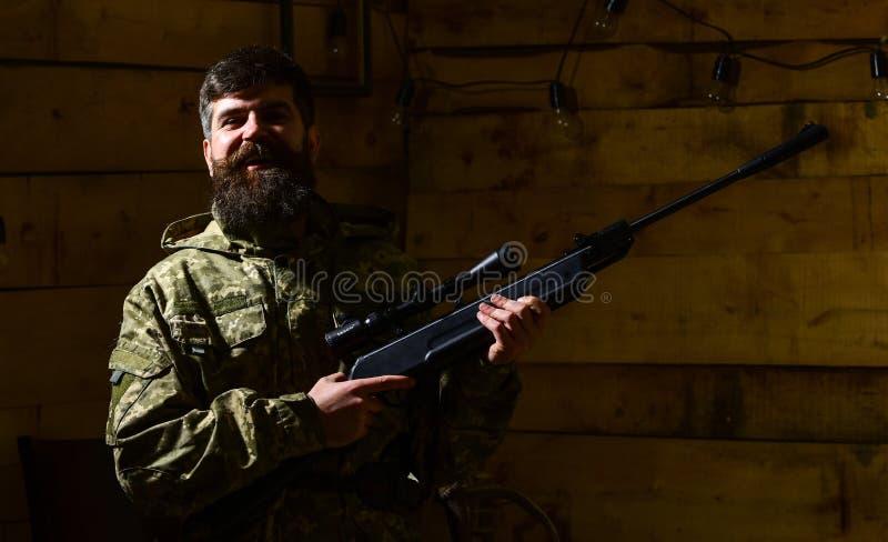 Охотник, зверский битник с оружием подготавливает винтовку для охотиться, копирует космос Концепция охотника Человек с бородой но стоковые фотографии rf