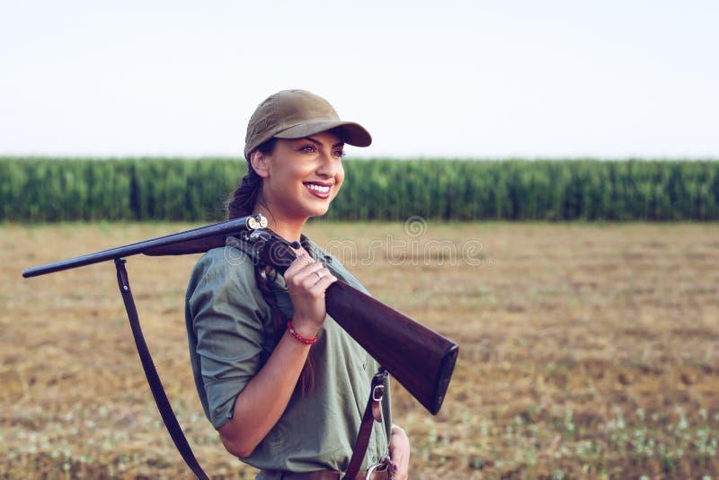 Охотник с винтовкой на ее плече стоковые фотографии rf