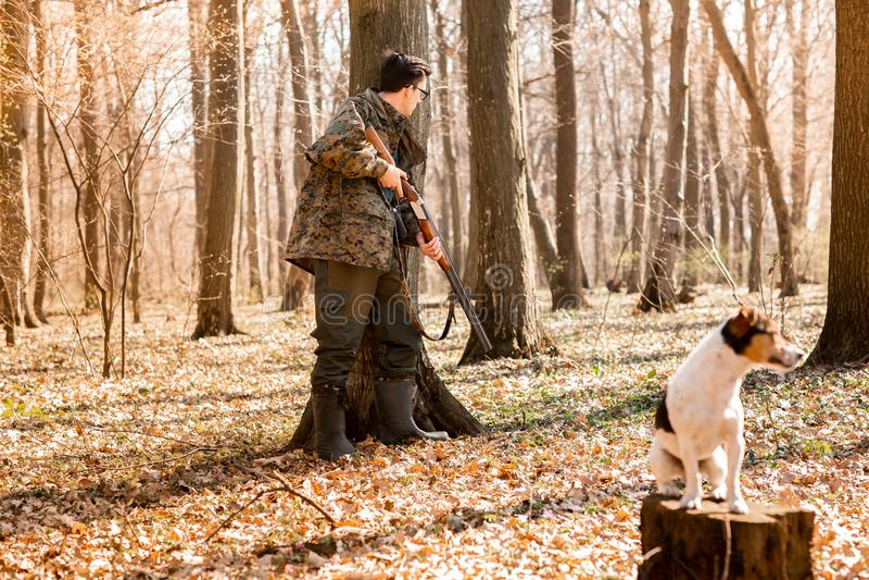 Охотник Yang с собакой на лесе стоковые изображения