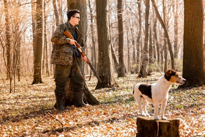 Охотник Yang с собакой на лесе стоковая фотография rf