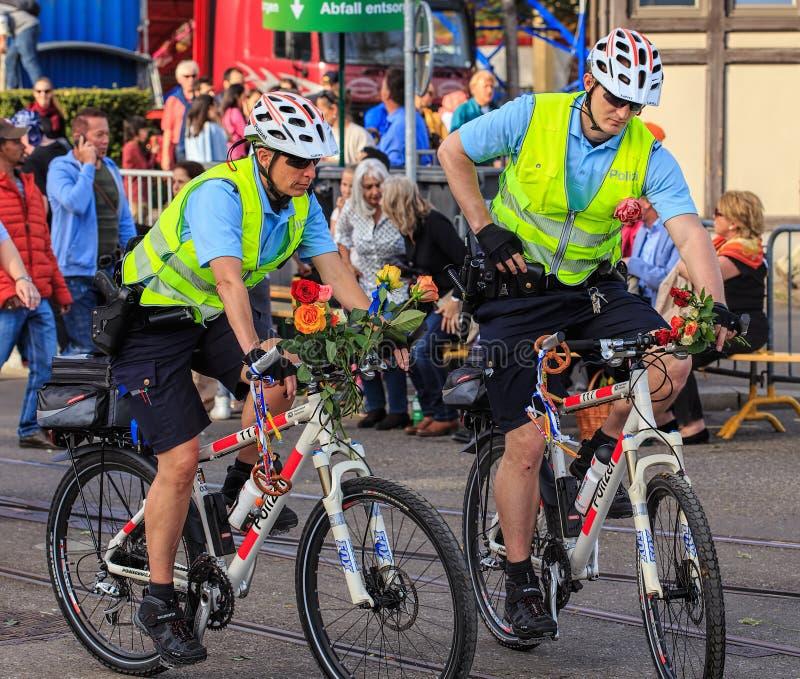 Охраните велосипедистов во время парада Sechselauten в городе  стоковая фотография rf