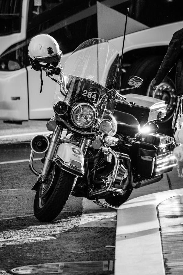 Охраните современный черный мотоцикл припаркованный на тротуаре стоковые фотографии rf