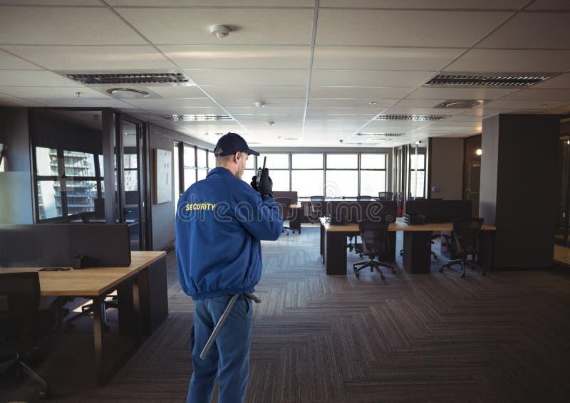 охранник защищая офис стоковое изображение rf