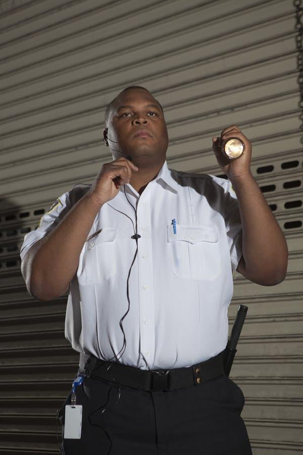 Охранник патрулирует на ноче стоковое фото