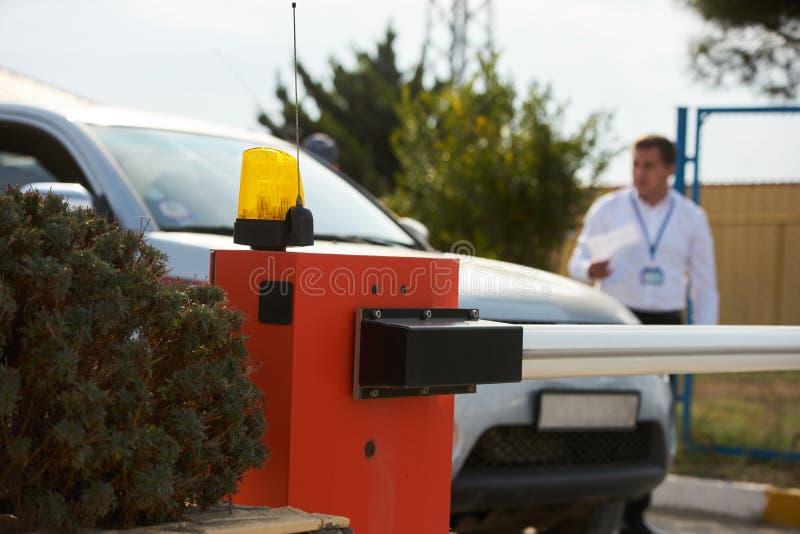 Охранник проверяя автомобиль на защитном барьере и безопасности стоковое фото rf