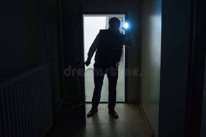 Охранник проверяя офис стоковое фото rf
