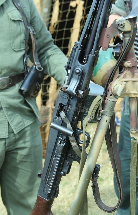 Охранник солдата с большим оружием стоковые фотографии rf