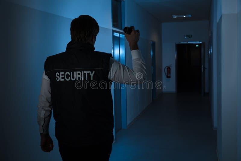 Охранник стоя в коридоре здания стоковое изображение