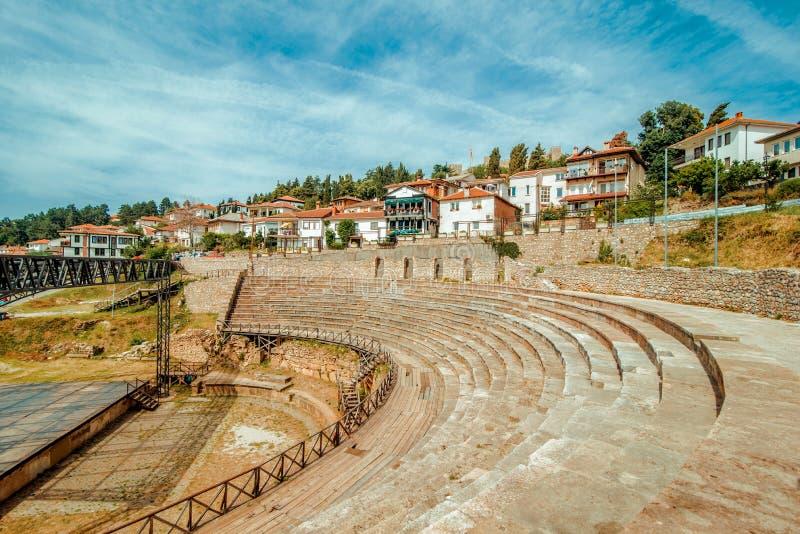 Охриды Македонийский амфитеатр с домами на заднем плане стоковые изображения rf