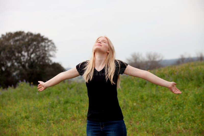 Охладите белокурый наслаждаться девушки полезного времени работы на весне стоковые изображения