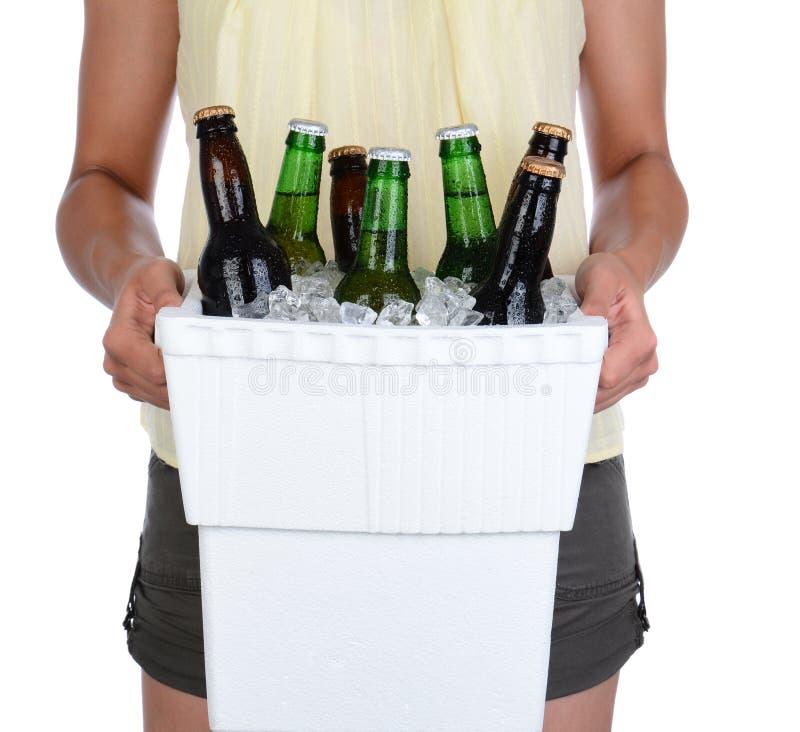 Охладитель нося пива женщины стоковые фотографии rf