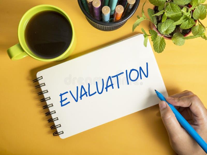 Оценка, проверка дела контролируя мотивационные цитаты слов стоковые фотографии rf