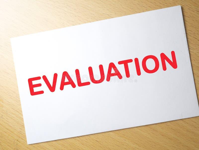 Оценка, проверка дела контролируя мотивационные цитаты слов стоковая фотография