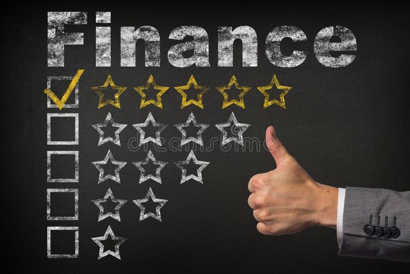 Оценка финансов 5 пятизвездочная Большие пальцы руки поднимают звезды оценки обслуживания золотые на доске стоковое изображение rf