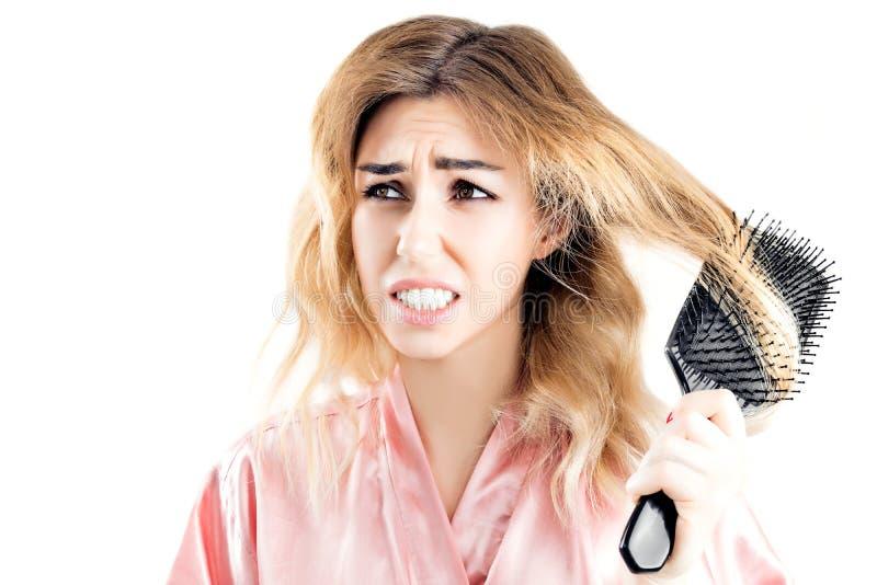 Очаровательная девушка была закреплена с строкой волос для гребня стоковые изображения rf