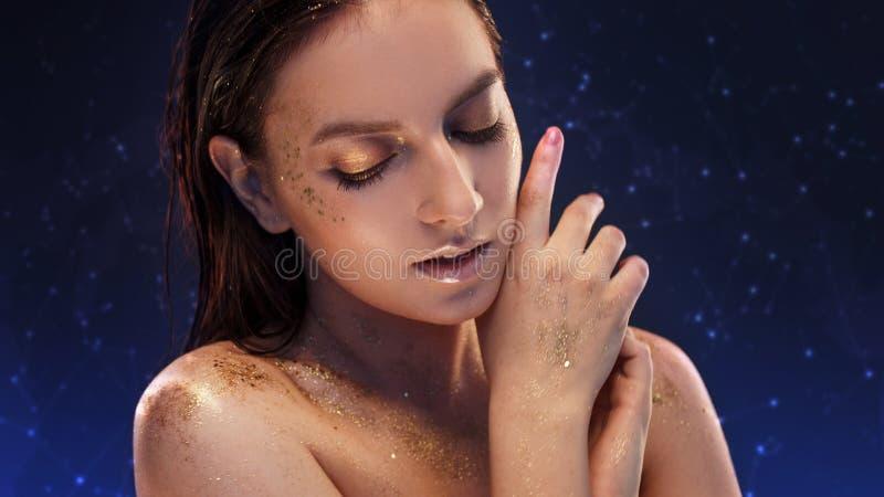 Очаровательная девушка с модным блестящим макияжом, модный макияж с зо стоковое фото