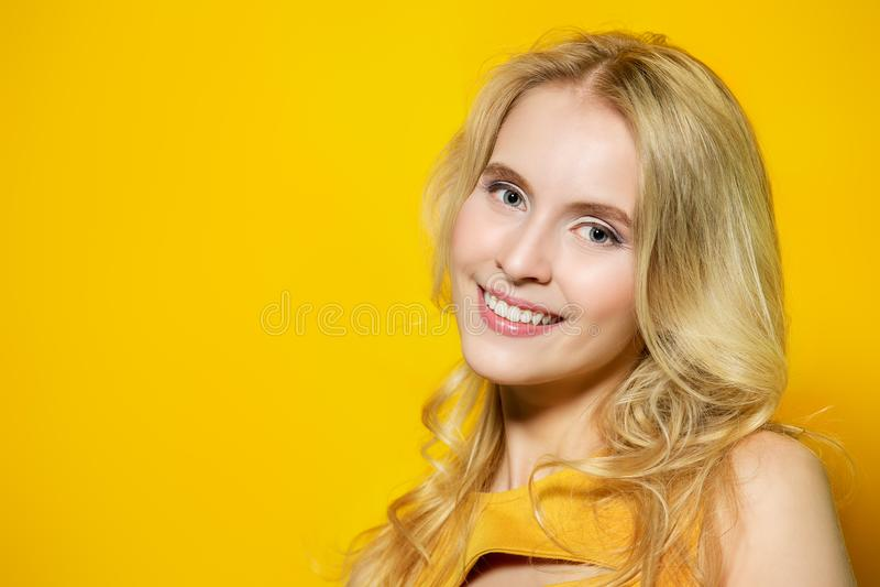 Очаровательная красивая улыбка стоковые фотографии rf