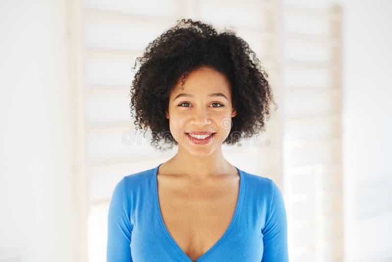 Очаровательная этническая женщина в белом свете стоковые фотографии rf