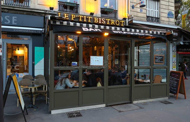 Очаровательное малое бистро синицы ` p традиционное французское кафе расположенное в квартале Les Halles в Париже, Франции стоковые изображения