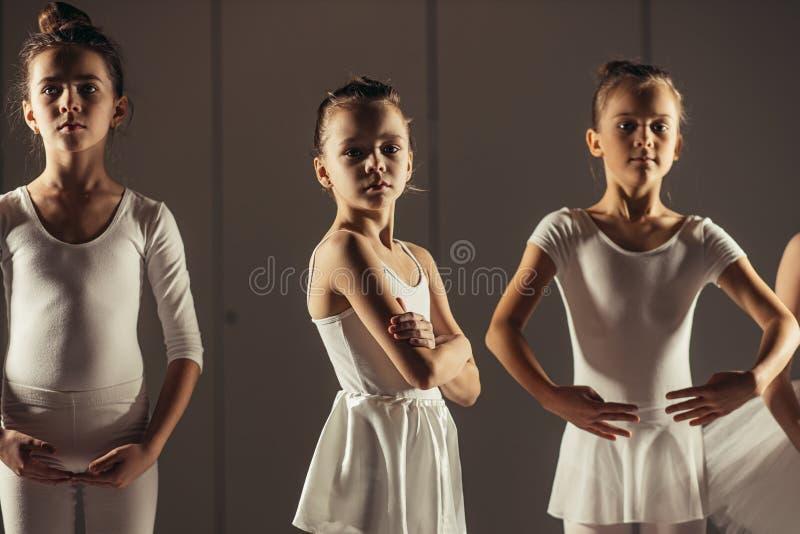 Очаровательные детишки балерины в студии стоковые фотографии rf