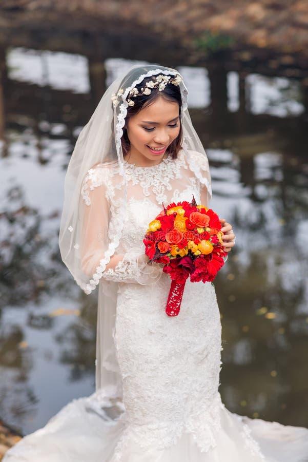 Очаровательная въетнамская невеста стоковая фотография